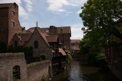 Sikt på medeltida Brugge nära Onthaalkerk Royaltyfri Foto