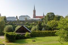 Sikt på mindre basilika i Grybow, Beskid Sadecki, Polen Arkivbild