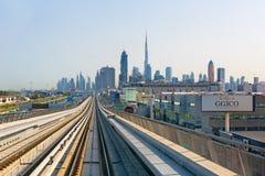Sikt på modern skyskrapor och tunnelbanajärnväg i den Dubai staden Arkivbild