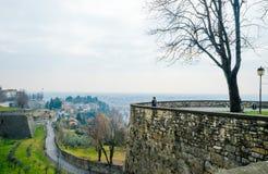 Sikt på moderna Bergamo från den gamla bastionen för stad` s Cita Alta Royaltyfri Foto