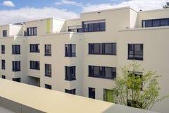 Sikt på moderna lyxiga hus för nytt byggande, lägenhet på solig dag arkivbild