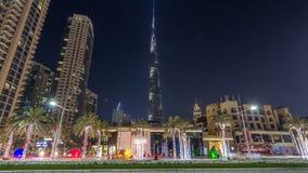 Sikt på moderna skyskrapor och upptagen hyperlapse för aftonvägtimelapse i den lyxiga Dubai staden, i stadens centrum Dubai, enig lager videofilmer