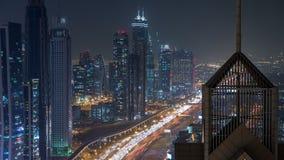 Sikt på moderna skyskrapor och upptagen timelapse för aftonhuvudvägnatt i den lyxiga Dubai staden, Dubai, Förenade Arabemiraten stock video