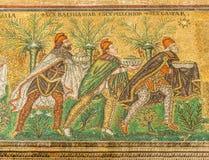 Sikt på mosaiken av tre konungar i ny basilika av helgonet Apollinaris i Ravenna - Italien arkivfoton