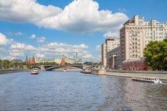 Sikt på Moskvafloden, de Prechistenskaya och Bersenevskaya invallningarna & x22en; Huset på embankment&en x22; och Kreml Royaltyfri Foto