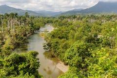Sikt på nationalparkalejandroen de humboldt med flodKuba royaltyfri fotografi