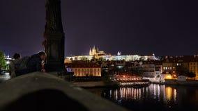 Sikt på natten från bron till staden Royaltyfri Bild
