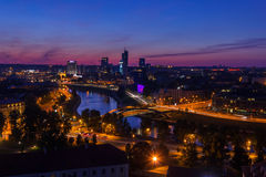 Sikt på nattstaden av Vilnius Fotografering för Bildbyråer