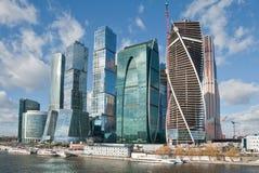 Sikt på nya Moskvastadsbyggnader Royaltyfri Bild