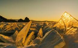Sikt på och througis under solnedgång på Lake Baikal 40 grader glaserar mer russia ruskiga siberia än Arkivbilder