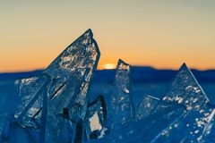 Sikt på och througis under solnedgång på Lake Baikal 40 grader glaserar mer russia ruskiga siberia än Royaltyfria Bilder