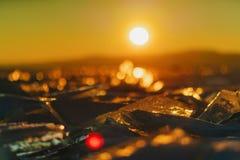 Sikt på och througis under solnedgång på Lake Baikal 40 grader glaserar mer russia ruskiga siberia än Arkivfoto
