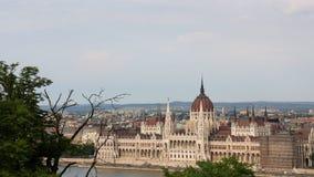 Sikt på parlamentbyggnad från fiskarebastionen på den Buda kullen i Budapest Royaltyfri Foto