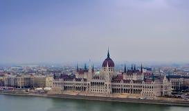 Sikt på parlamentet av Budapest Royaltyfria Foton