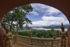 Sikt på Phra Dhat Pha Ngao med trevlig den guld- himmel och Khong floden Arkivbild