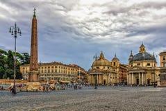 Sikt på Piazza del Popolo med den Santa Maria deien Miracoli och Santa Maria di Montesanto kyrkor royaltyfri foto