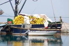 Sikt på pir med fartyg och yachter Royaltyfria Foton