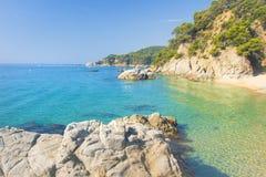 Sikt på platja för Cala sa Boadella på solig sommardag i Lloret de Mar, Costa Brava, Spanien Paradislagunstrand Spanska semestero royaltyfri foto