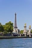 Sikt på Pont Alexandre III och Eiffel torn Royaltyfri Bild