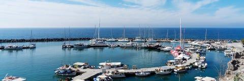 Sikt på port av den Vlichada staden mycket med små fiskebåtar på den Santorini ön royaltyfri bild