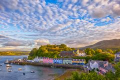 Sikt på Portree, ö av Skye, Skottland arkivbilder