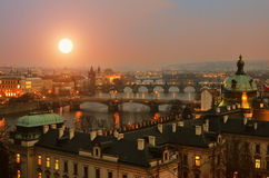 Sikt på Prague broar på solnedgången Royaltyfri Fotografi