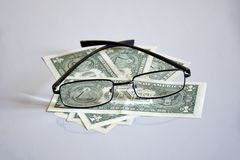 Sikt p? pyramiden f?r $ 1 till och med exponeringsglas arkivbilder