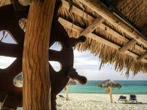 Sikt på restaurang för strand från inre på egenskap för strand för kubanSol Rio de Luna Mares semesterort royaltyfria foton