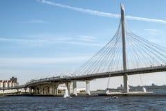Sikt på ringled- och kabelbron på den Vasilievsky ön Arkivfoto