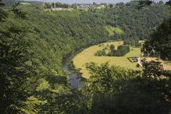 Sikt på Rochehaut med den Semois floden Arkivbilder