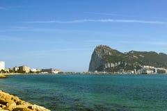 Sikt på Rock av Gibraltar via det Mediterrian havet från den Spanien sjösidan Arkivbilder