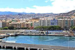 Sikt på Santa Cruz de Tenerife från kryssningskeppet - kanariefågelöar, Spanien Royaltyfria Bilder