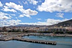 Sikt på Santa Cruz de Tenerife från kryssningskeppet - kanariefågelöar, Spanien Royaltyfri Bild