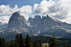 Sikt på Sassolungo och Sassopiatto, Dolomites, Italien Royaltyfria Bilder