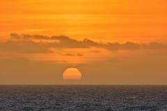 Sikt på scenisk orange solnedgång på havet arkivbild