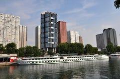 Sikt på Seine River och skyskrapor i Paris, Frankrike Arkivfoto
