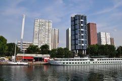 Sikt på Seine River och skyskrapor i Paris, Frankrike Royaltyfri Bild