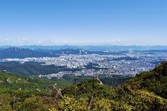 Sikt på Seoul från den Bukhansan nationalparken, Seoul, Korea fotografering för bildbyråer