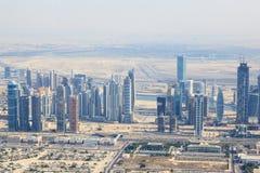 Sikt på Sheikh Zayed Road skyskrapor i Dubai Royaltyfri Fotografi