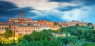 Sikt på Siena, en härlig medeltida stad i Tuscany, med sikten av kupolen Royaltyfria Bilder
