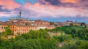 Sikt på Siena, en härlig medeltida stad i Tuscany, med sikten av kupolen & det Klocka tornet av Siena Cathedral Duomo di Siena, l Royaltyfria Foton