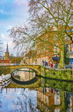Sikt på Sint-Annarei med Sint-Annakerk i bakgrunden, Bruges, Belgien Arkivfoton