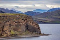 Sikt på sjön Kleifarvatn och den svarta vulkaniska stranden i Island royaltyfri fotografi