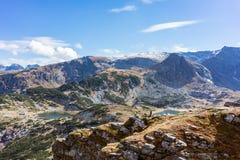 Sikt på sjöregionen för rila sju i de bulgarian bergen Arkivbilder