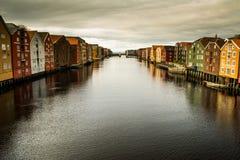 Sikt på skeppsdockor av Nidelva, Trondheim arkivfoto