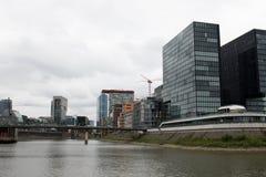 Sikt på skyskrapan på den rhine flodstranden i düsseldorf Tyskland royaltyfri fotografi