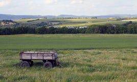 Sikt på släpet i ett grönt landskap Royaltyfri Fotografi