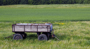 Sikt på släpet i ett grönt landskap Royaltyfria Foton