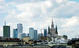 Sikt på slott av kultur och kyrkliga torn i Warszawa Arkivbilder