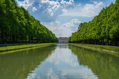 Sikt på slott med den långa floden royaltyfria foton